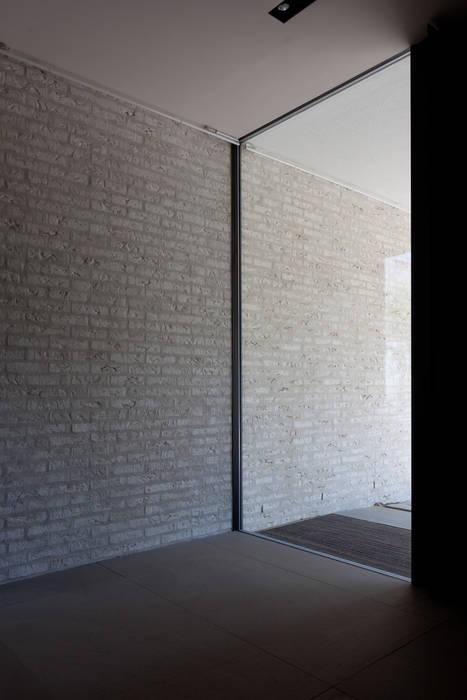 Couloir et hall d'entrée de style  par areal architecten cvba