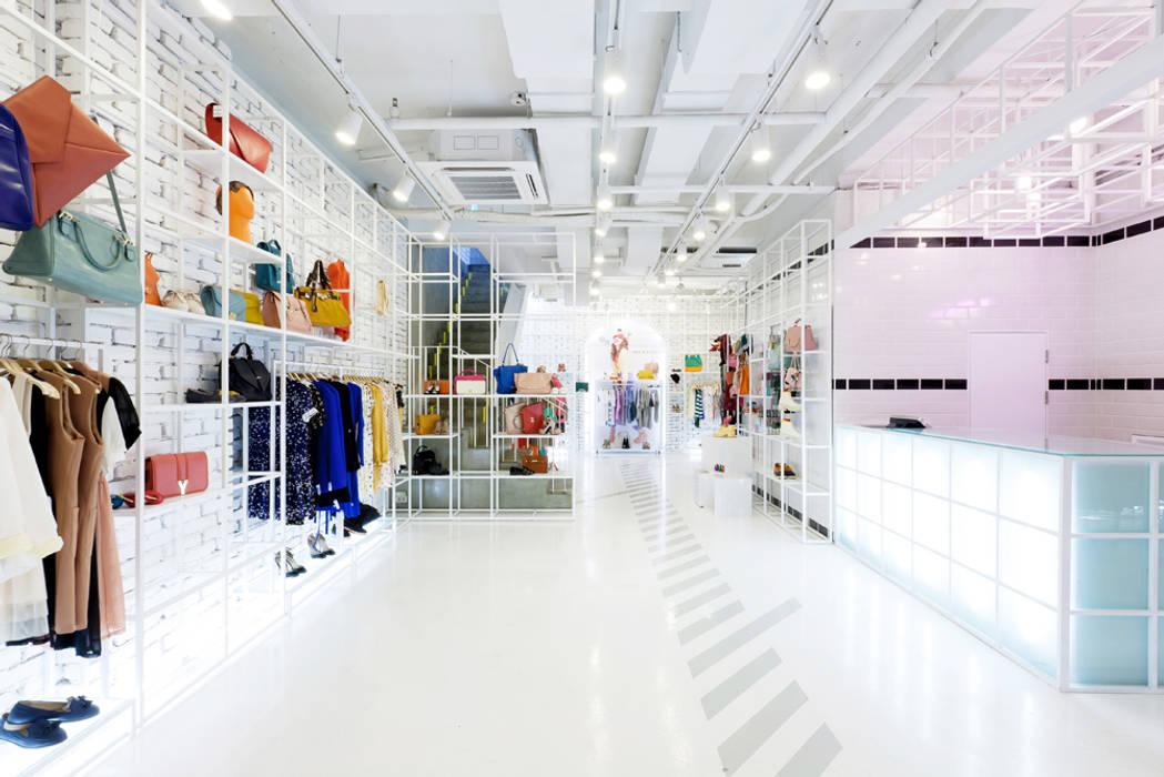 화이트공간과 상품의 조화: Design m4의  상업 공간,미니멀