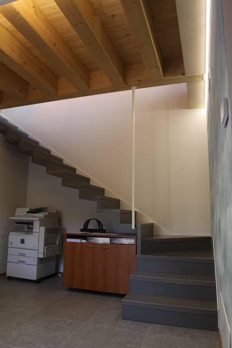 Scala in legno: Ingresso & Corridoio in stile  di Giuseppe Maria Padoan bioarchitetto - casarmonia progetti e servizi