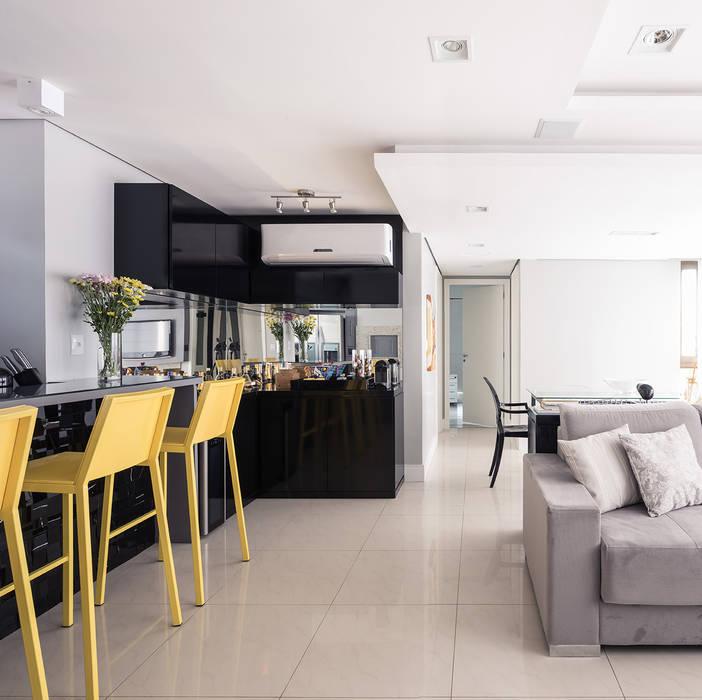 Estar e Jantar: Salas de estar  por Blacher Arquitetura