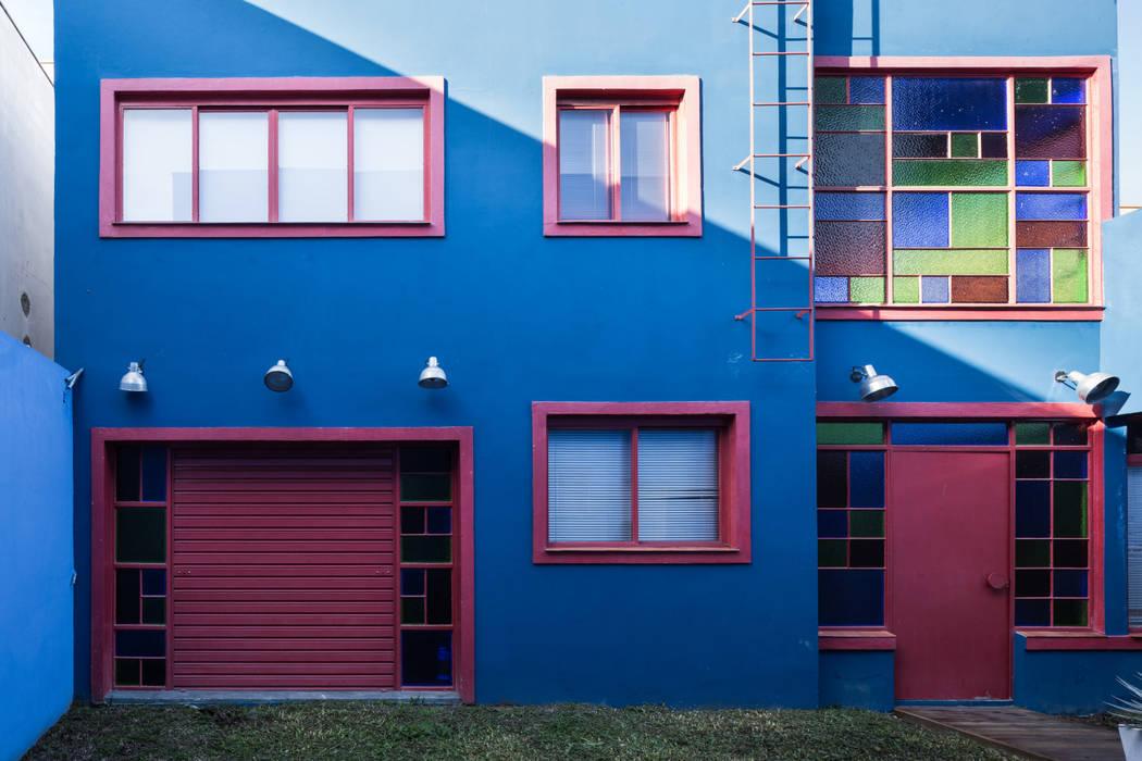 Fachada Frontal: Casas  por Blacher Arquitetura,Eclético