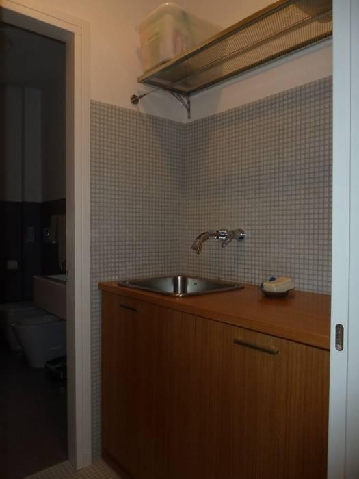 LAVANDERIA: Bagno in stile in stile Moderno di studio di architettura Giorgio Rossetti
