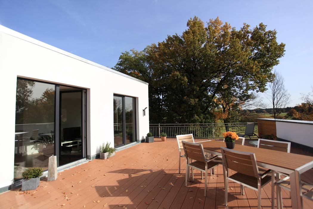 Generationenübergreifendes Wohnen im 10-Familienhaus Moderner Balkon, Veranda & Terrasse von JA3 Modern