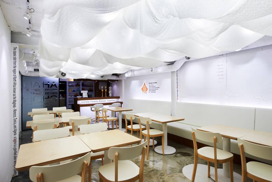 천천히 흐르는 듯한 여유로운 구름: Design m4의  레스토랑,모던