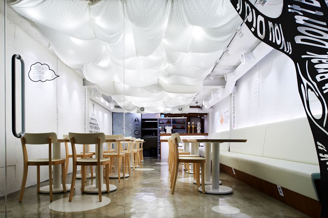구름의 움직임을 느끼게 해주는 천정: Design m4의  레스토랑