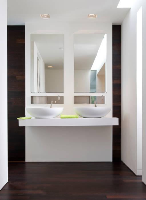 Hout op de vloer en tegen de wand:  Badkamer door Pruysen Parket BV