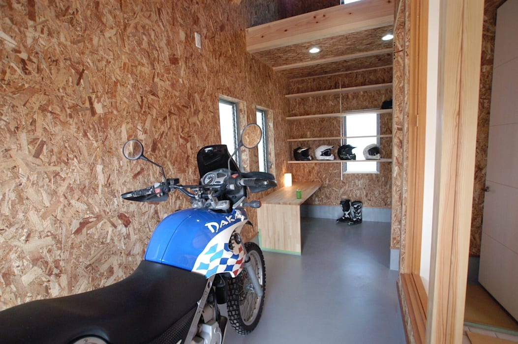 Eclectic style garage/shed by 徳増建築設計事務所 Eclectic