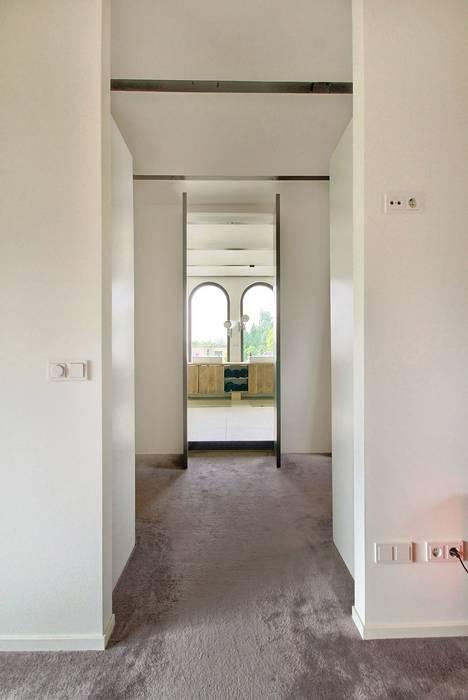 doorzicht naar badkamer door kleedkamer van Architectenbureau Prent BV