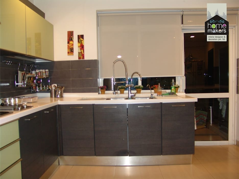 A Simple Kitchen: classic Kitchen by home makers interior designers & decorators pvt. ltd.