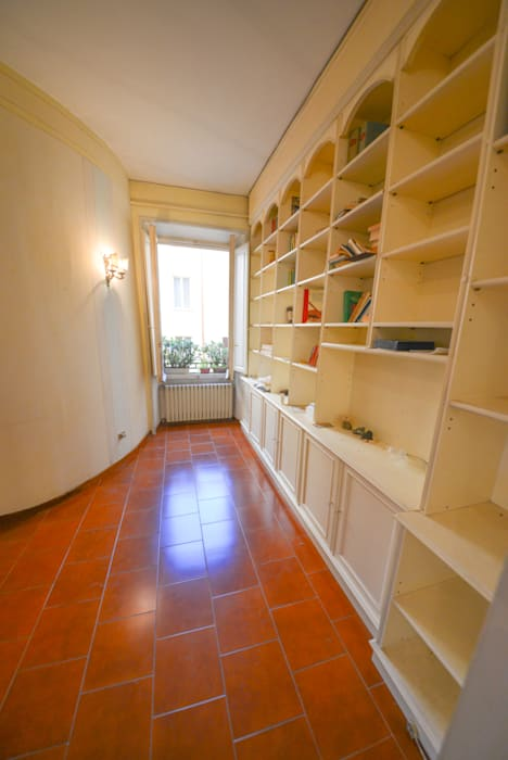2. L'ingresso: Ingresso & Corridoio in stile  di Studio Fori