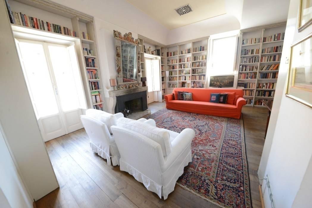 Il salone: Soggiorno in stile in stile Classico di Studio Fori