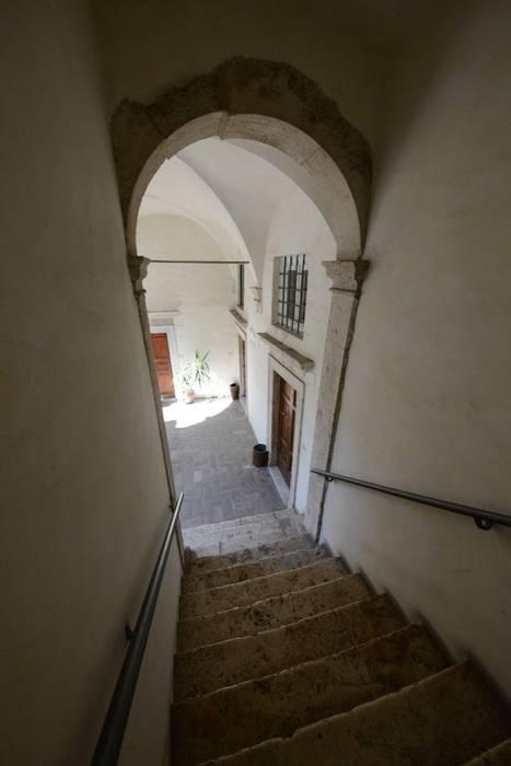 Il palazzo: Ingresso & Corridoio in stile  di Studio Fori