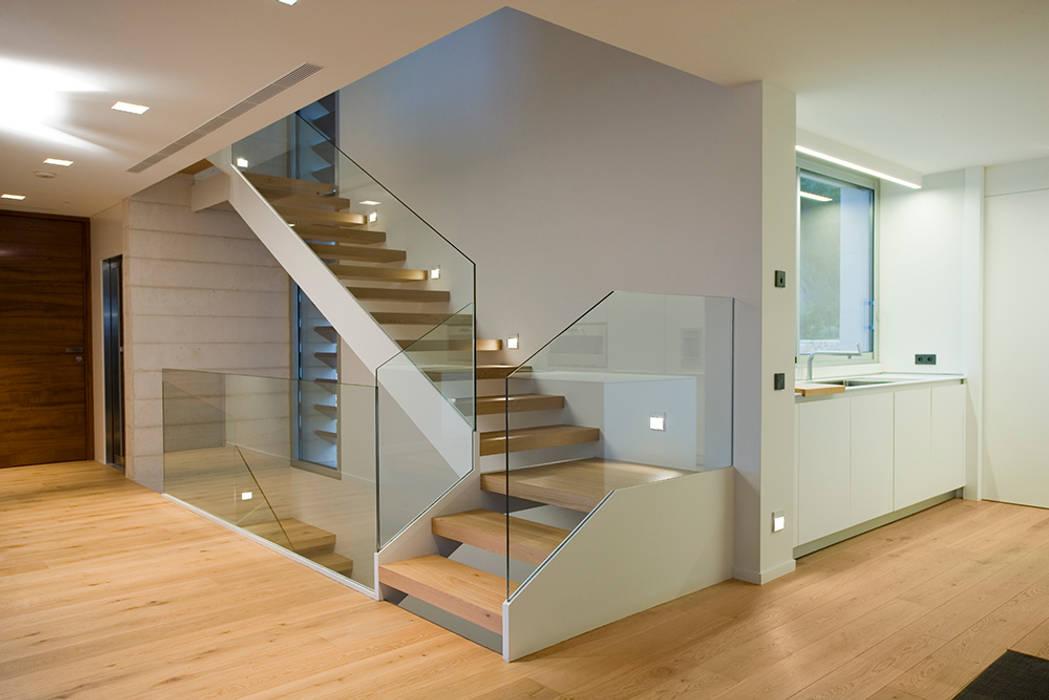 Vivienda unifamiliar en Dénia, Alicante Pasillos, vestíbulos y escaleras de estilo moderno de Jorge Belloch interiorismo Moderno