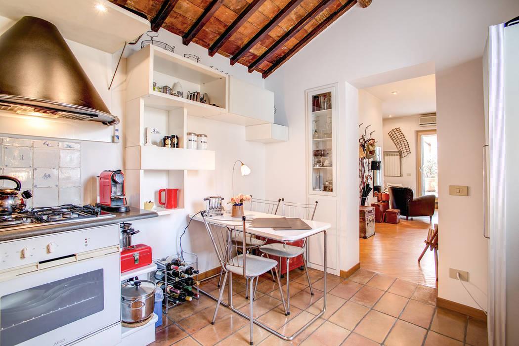 SUBURRA : Sala da pranzo in stile in stile Moderno di MOB ARCHITECTS