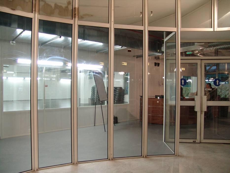 transparence depuis l'escalier: Locaux commerciaux & Magasins de style  par Carabox SARL