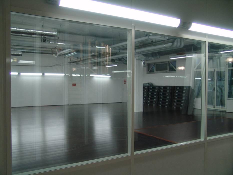 salle de fitness: Locaux commerciaux & Magasins de style  par Carabox SARL