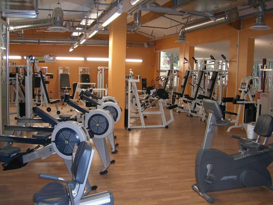 salle de cardio-training: Locaux commerciaux & Magasins de style  par Carabox SARL