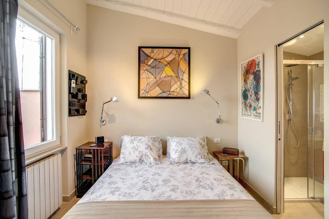 SPAVENTA: Camera da letto in stile  di MOB ARCHITECTS