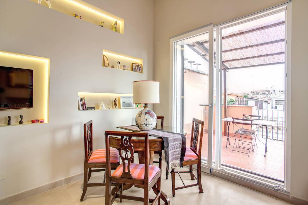 SPAVENTA: Sala da pranzo in stile in stile Moderno di MOB ARCHITECTS