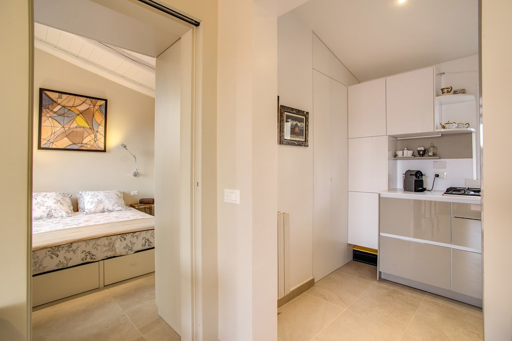 SPAVENTA: Ingresso & Corridoio in stile  di MOB ARCHITECTS