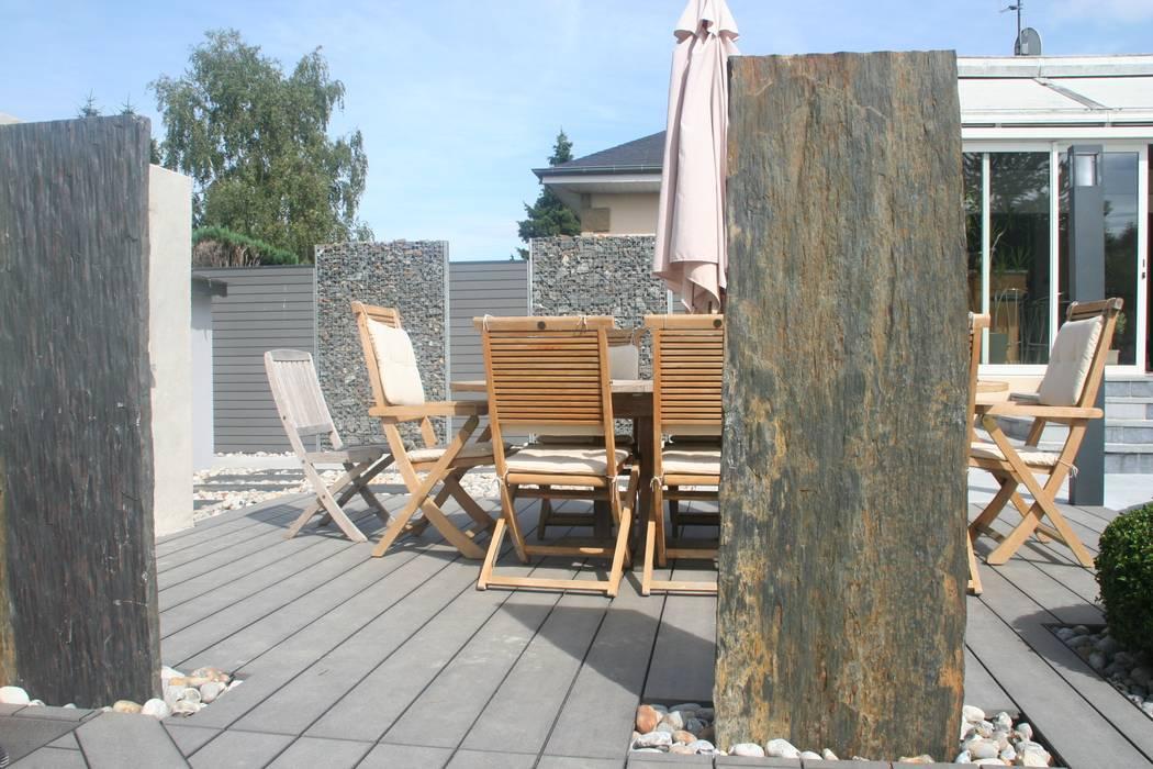 Transition plage de piscine/ espace repas: Jardin de style de style Moderne par EURL OLIVIER DUBOIS