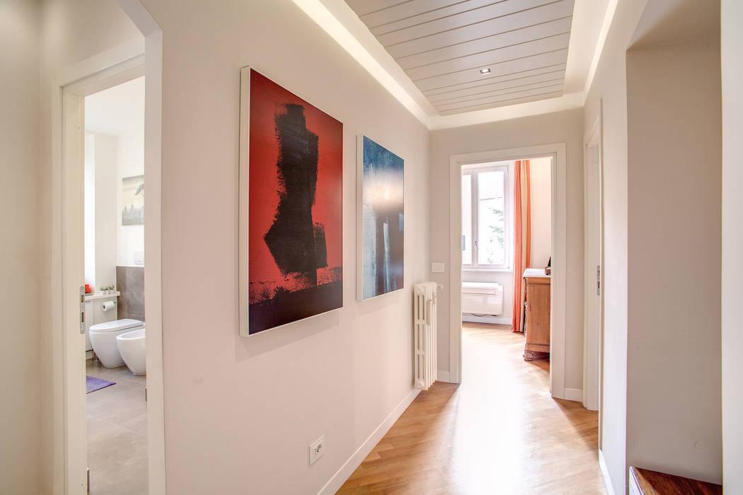 BORGHESE Ingresso, Corridoio & Scale in stile moderno di MOB ARCHITECTS Moderno