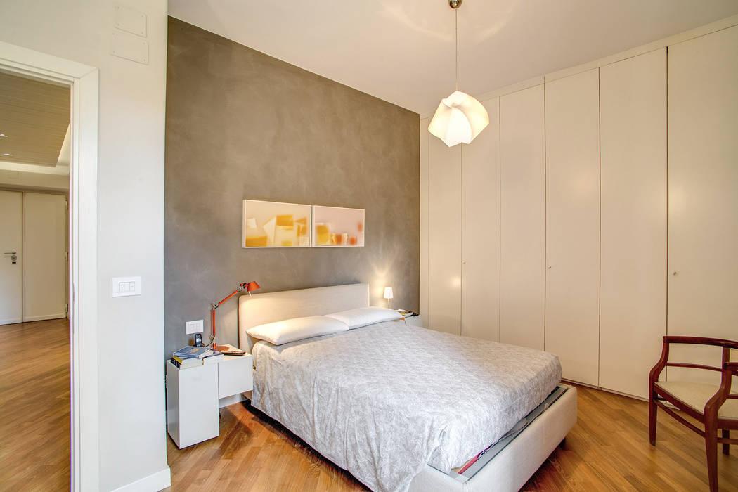 BORGHESE: Camera da letto in stile  di MOB ARCHITECTS