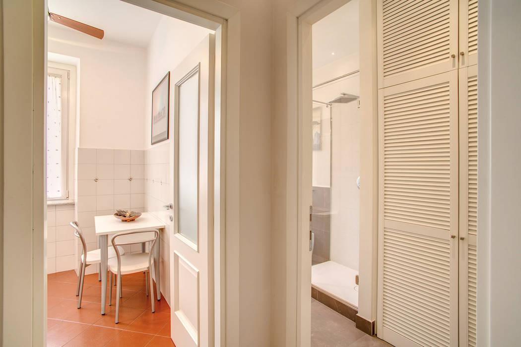 BORGHESE: Bagno in stile in stile Moderno di MOB ARCHITECTS