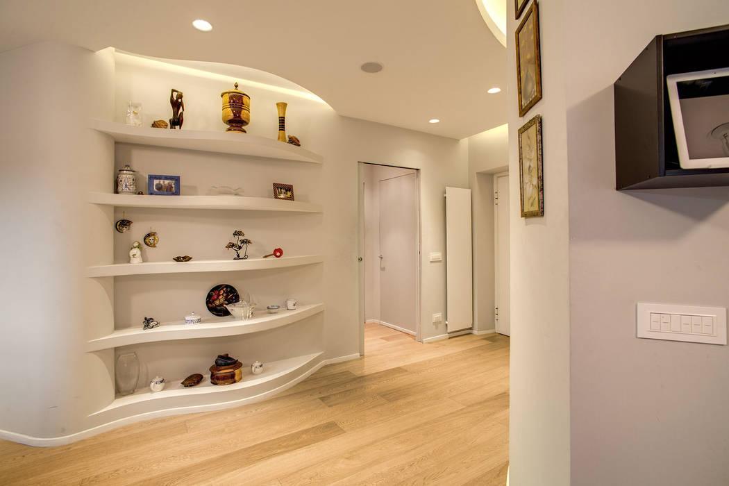 現代風玄關、走廊與階梯 根據 MOB ARCHITECTS 現代風