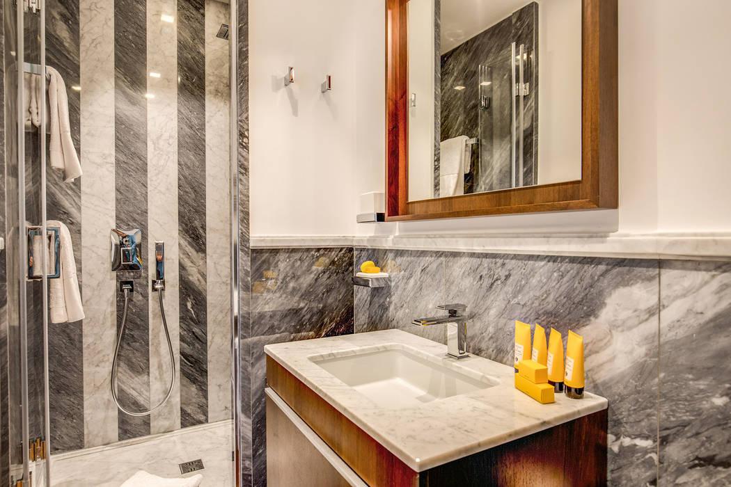 NOCETTA : Bagno in stile in stile classico di MOB ARCHITECTS