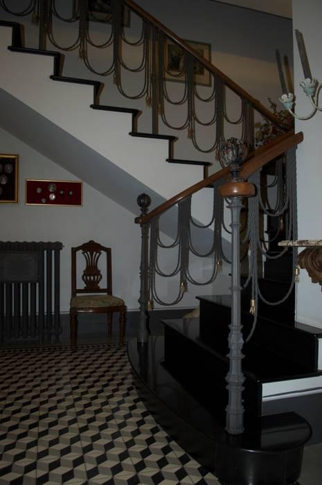 The internal staircase : Ingresso & Corridoio in stile  di Giuseppe Tucci Interior Designer