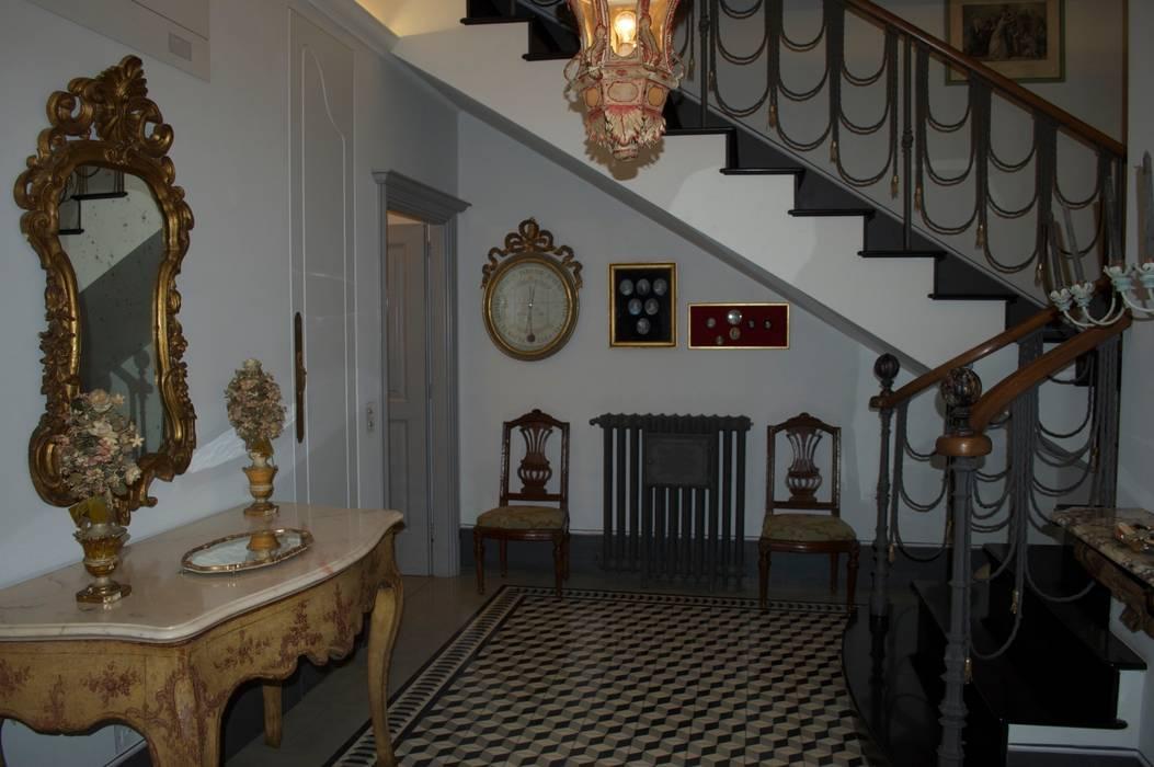 The Entrance: Ingresso & Corridoio in stile  di Giuseppe Tucci Interior Designer