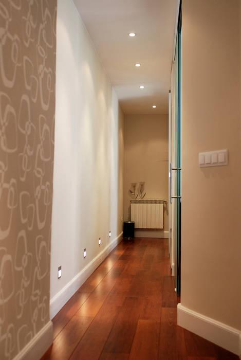 Reforma integral de vivienda en barrio de Chueca de Madrid por Traber Obras. Traber Obras Pasillos, vestíbulos y escaleras de estilo moderno