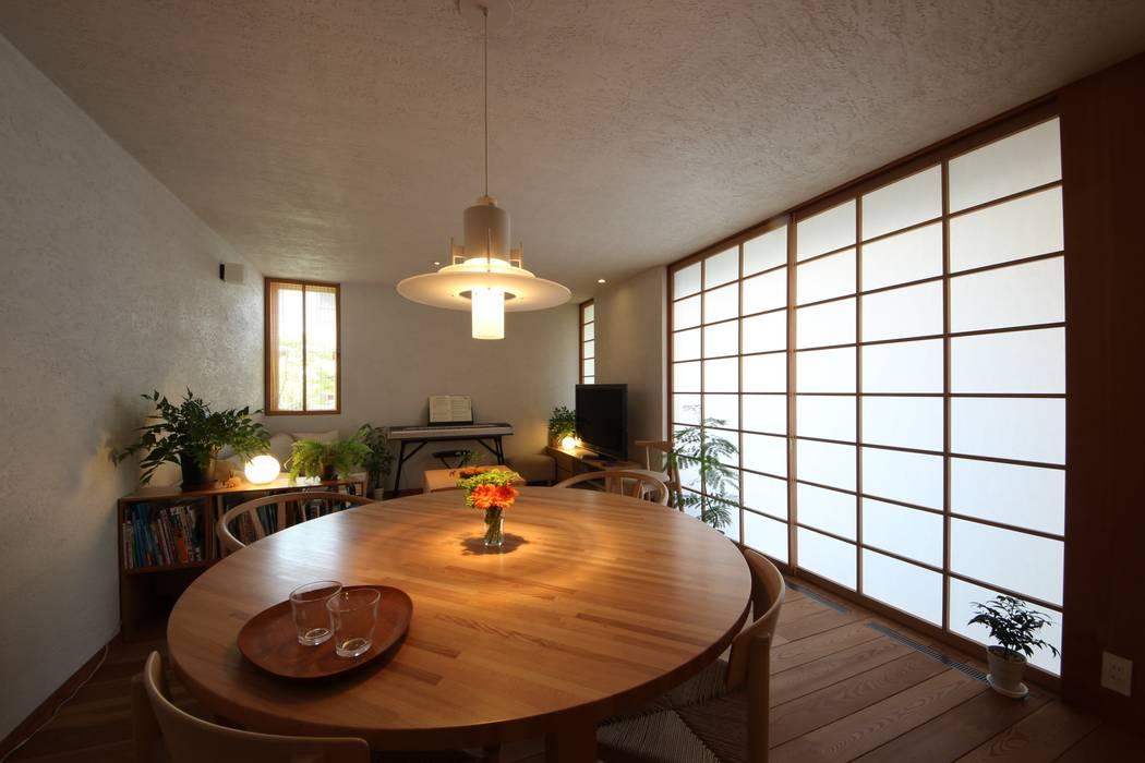Столовая комната в стиле модерн от 新井アトリエ一級建築士事務所 Модерн