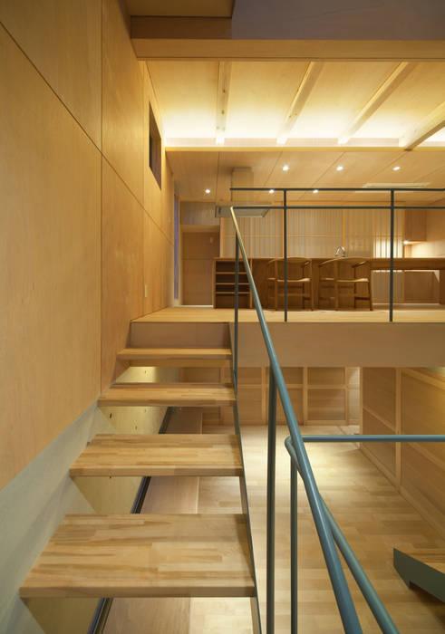 House in Nanakuma MOVEDESIGN オリジナルスタイルの 玄関&廊下&階段