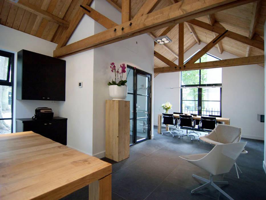 Verbouwde garage tot kantoor Moderne kantoorgebouwen van Schindler interieurarchitecten Modern