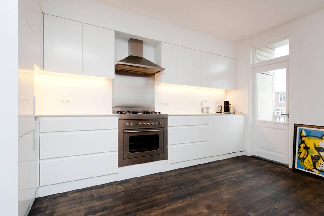 Moderne minimalistische küche in einem reichen modische haus