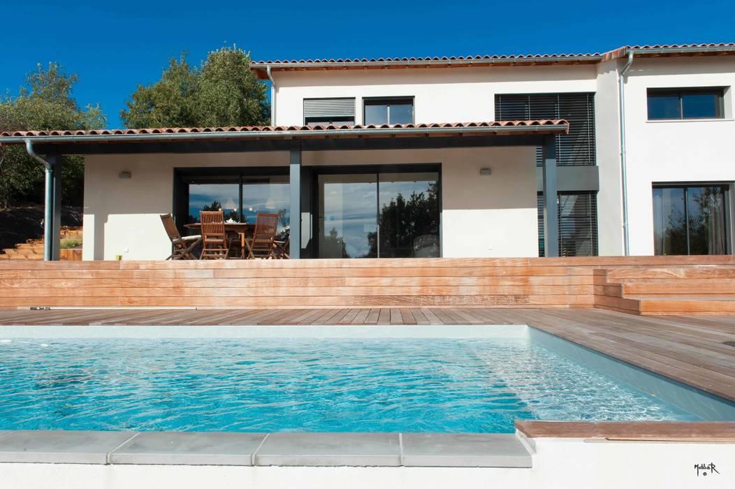 La piscine: Piscines  de style  par POUGET Agnès