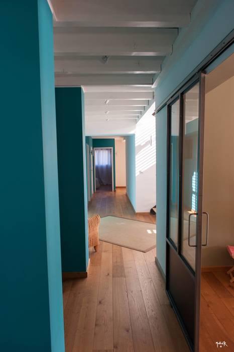 Le fil bleu...arête horizontale: Couloir et hall d'entrée de style  par POUGET Agnès