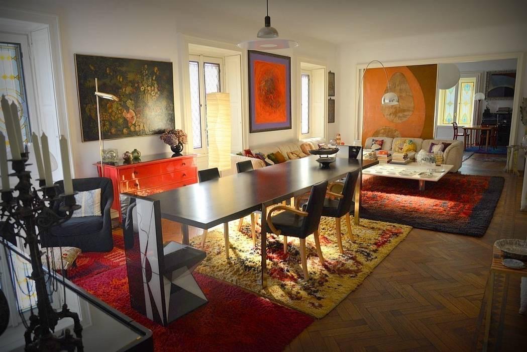 Versatilità: Il Soggiorno e la Sala Da Pranzo: Sala da pranzo in stile in stile Eclettico di Studio Fori