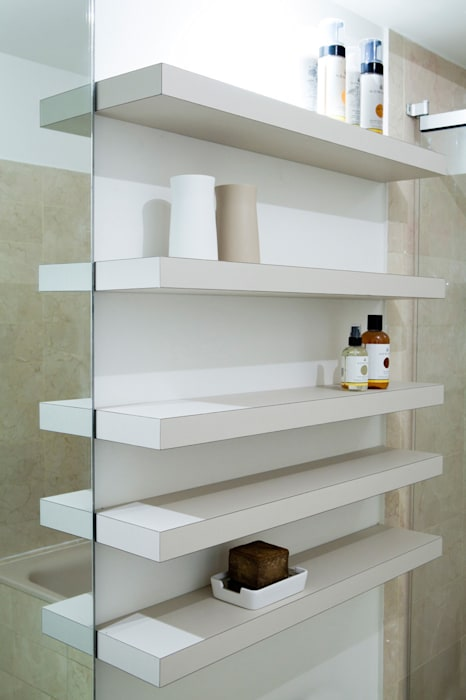 Les étagères: Salle de bains de style  par MELANIE LALLEMAND ARCHITECTURES