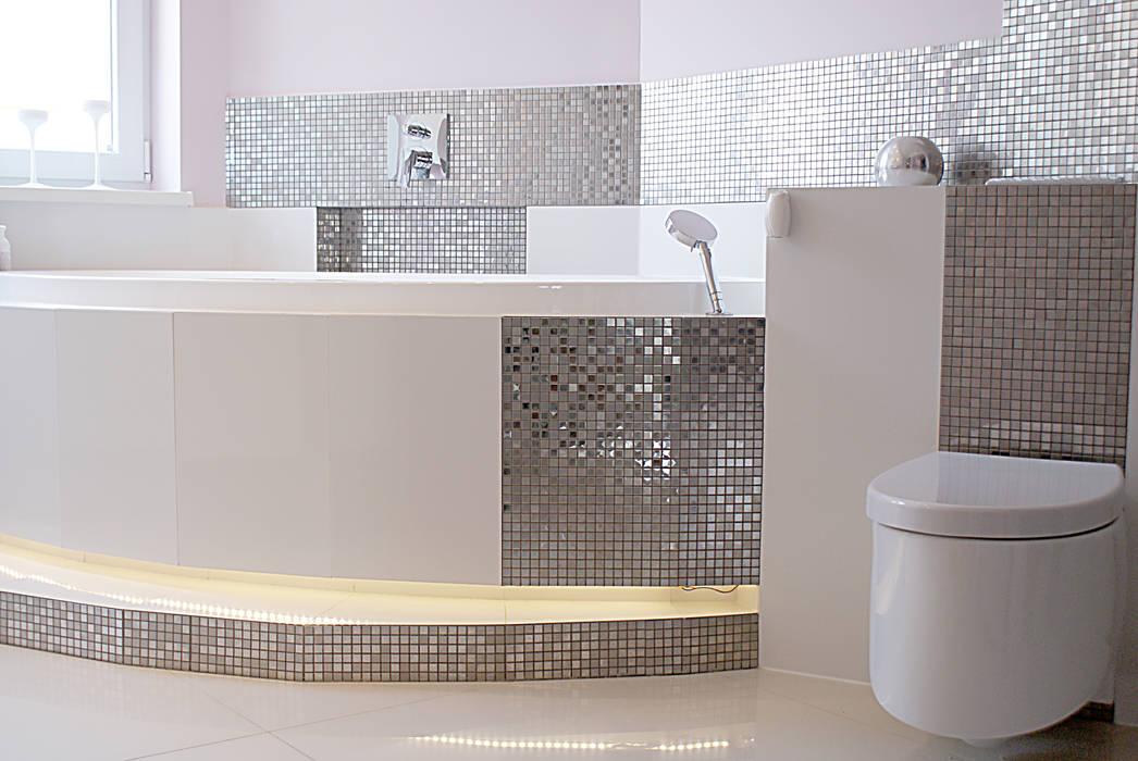 Silberne mosaik weisse fliesen hochglanz badezimmer von for Raumgestaltung badezimmer