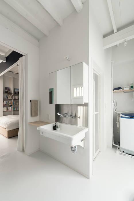 Baños de estilo  por coil松村一輝建設計事務所