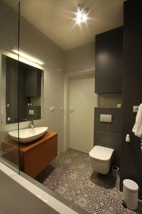 Mieszkanie ze skandynawskim zacięciem Skandynawska łazienka od Kameleon - Kreatywne Studio Projektowania Wnętrz Skandynawski