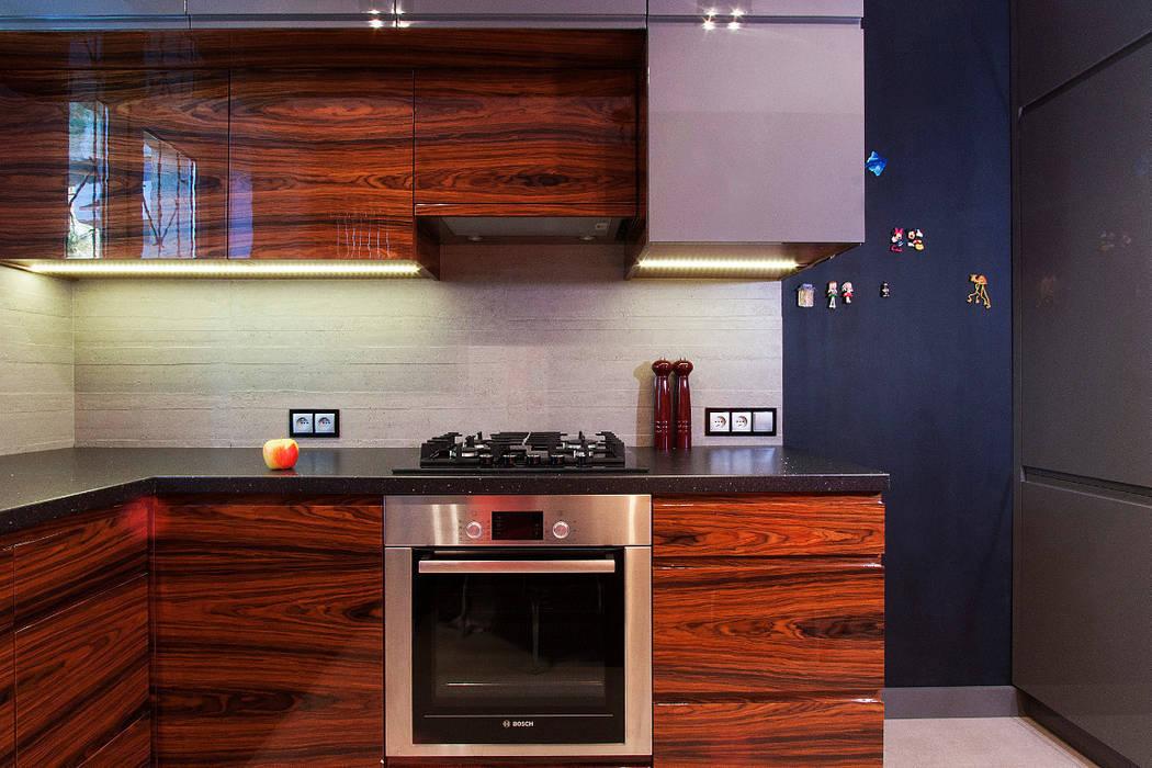 Nowoczesna kuchnia w szarościach i kolorach drewna: styl , w kategorii Kuchnia zaprojektowany przez Kameleon - Kreatywne Studio Projektowania Wnętrz,