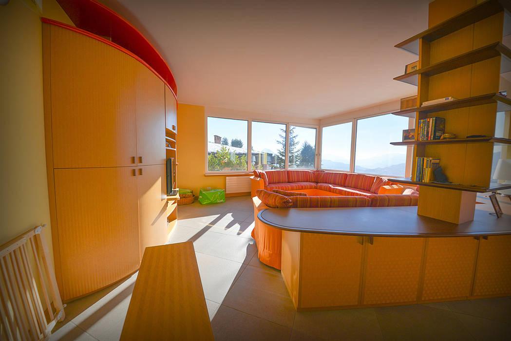 Soggiorno con mobili su misura: Soggiorno in stile in stile Moderno di Studio Fori