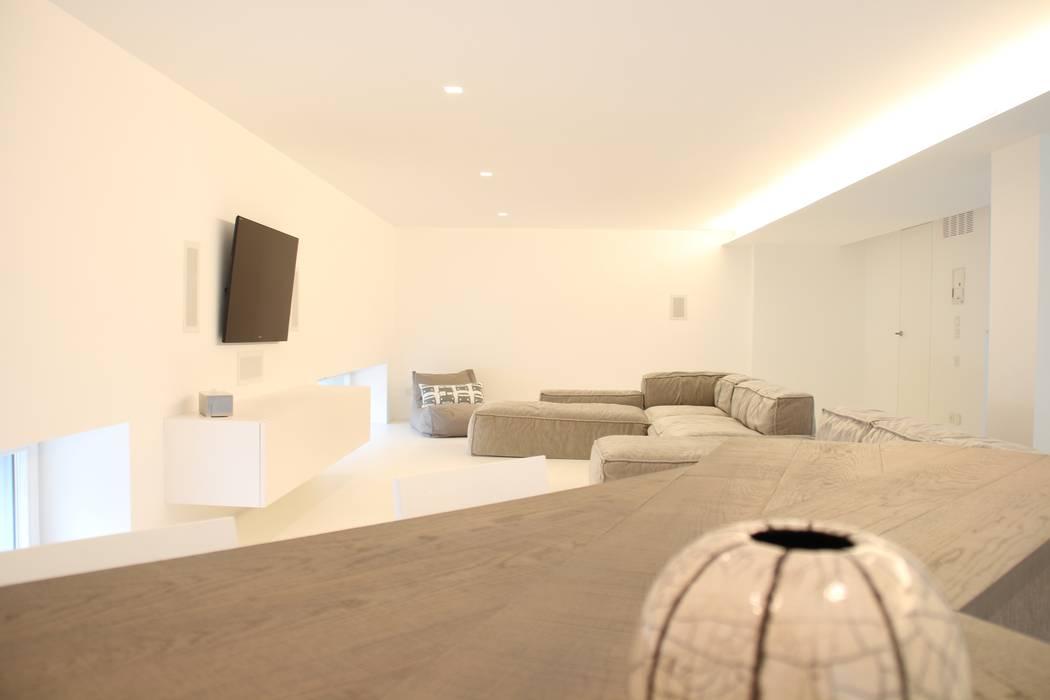 Mezzanino soggiorno minimalista di serenella pari design for Soggiorno minimalista