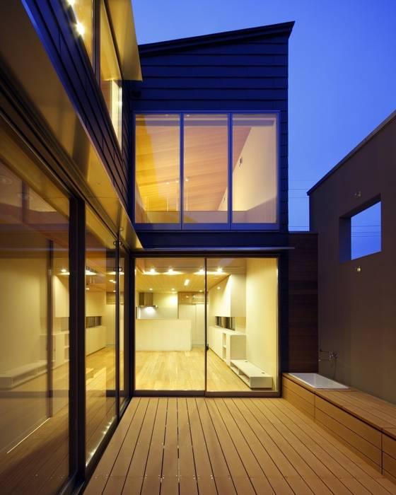 夜景内観: 有限会社ミサオケンチクラボが手掛けた庭です。