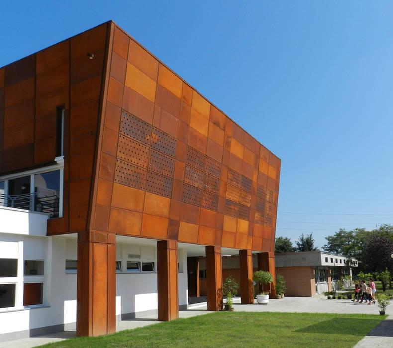 Facciata della palestra: Palestra in stile in stile Industriale di AR.IN. Studio - Progettazione e Servizi per l'Ingegneria e l'Architettura