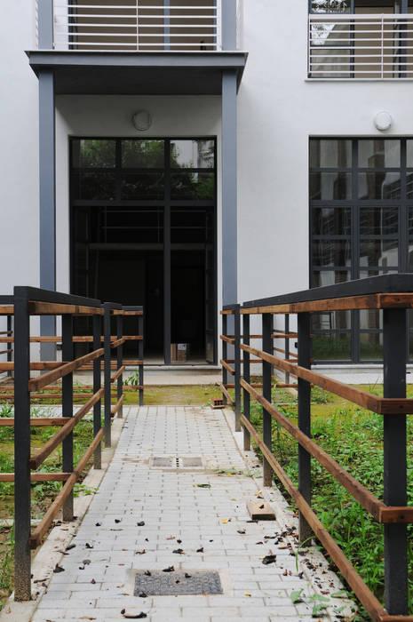 Via Pinelli -  Facciata su interno cortie: Giardino in stile in stile Industriale di info4577